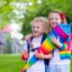 Zwei Kinder mit einer Schultüte