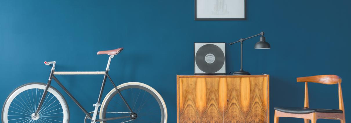 Ein Fahrrad vor einer Hauswand